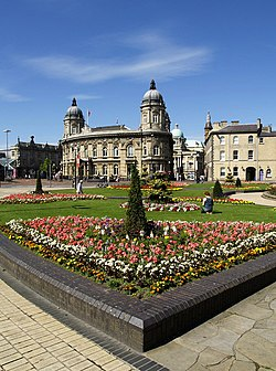 Queen's Gardens, Maritime Museum og City Hall (bakom) i sentrum av Kingston upon Hull