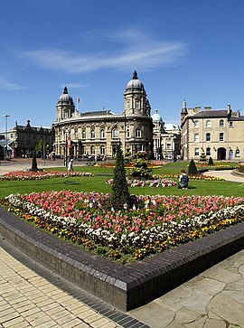 Queen's Gardens and Hull Maritime Museum.jpg