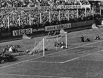 1967 Intercontinental Cup - Cárdenas scores the winning goal in Montevideo for Racing Club, beating John Fallon from 25 yards