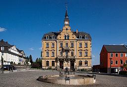 Rabenau (Sachsen), Rathaus mit Stuhlbau-Brunnen