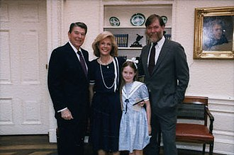 Lesley Stahl - Stahl and her family with President Ronald Reagan in 1986