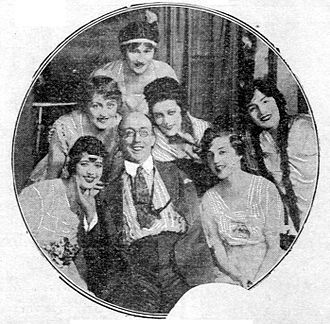 Richard Carle - Richard Carle in 1919, surrounded by a group of women.
