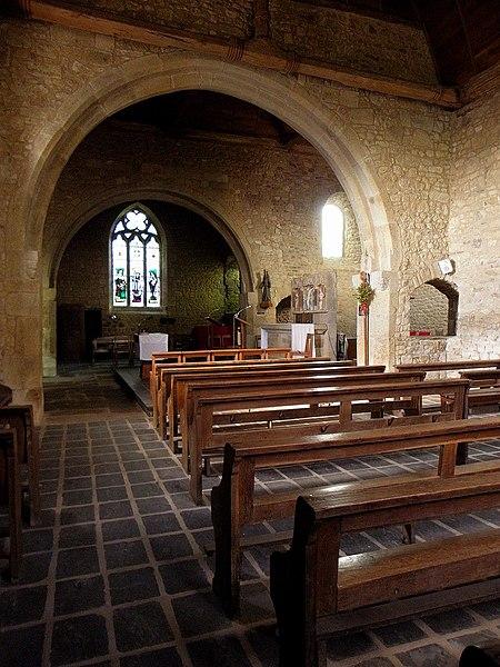 Intérieur de l'église Saint-Berthevin de Saint-Berthevin-la-Tannière (53). Vue transversale du transept.