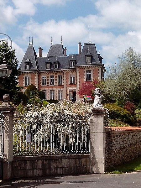 Sampigny (55) Clos Poincaré: La maison de campagne du président Poincaré en pierre et brique, domine le village. Entourée de grilles et d'un jardin à la française en terrasses, avec notamment un parterre de buis taillés. On peut s'y asseoir sur le salon en fer forgé du président, d'où l'on a une superbe vue panoramique sur la vallée de la Meuse. Sampigny est le village de la mère de Poincaré, qui y possédait une maison. Conformément aux dernières volontés de Raymond Poincaré, un orphelinat de garçons y a été établi le 1er octobre 1947 qui a fonctionné jusqu'en 1981. Il abrite aujourd'hui un musée, propriété du département de la Meuse.