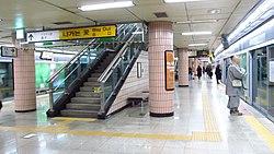 Seoul-metro-629-Noksapyeong-station-platform-20181126-161632.jpg