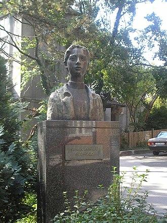 Slava Raškaj - Slava Raškaj's bust in Zagreb