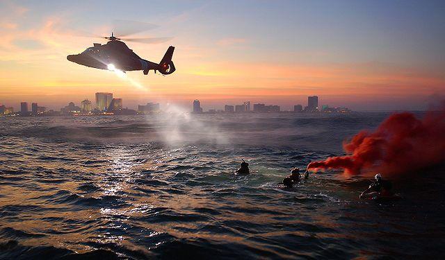 Küstenwache rettet Schwimmer mit einem Hubschrauber image source