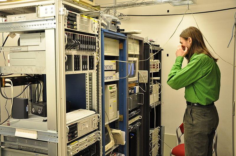 這是一張一名工程師對著幾臺服務器乾瞪眼的相片。我想用它體現出在我心目中開設博客有多麼複雜。