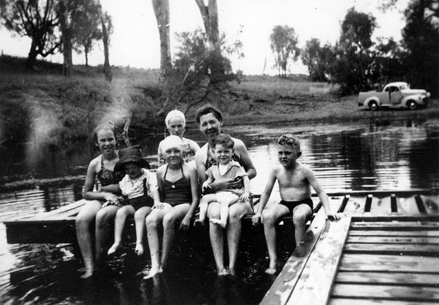 filestatelibqld 2 118728 family dressed in swimming