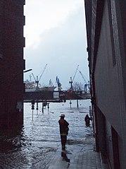 Nach der Sturmflut an der Elbstraße, HH-Altona, (2 Stunden nach dem Scheitelpunkt) hier bei Pegelstand St. Pauli ca. 10 m bzw. 700 cm über Seekartennull; Feuerwehrmänner bereiten das abpumpen der vollgelaufenen keller vor