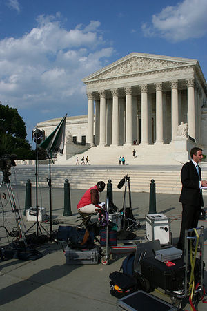 English: Reporters outside the Supreme Court.