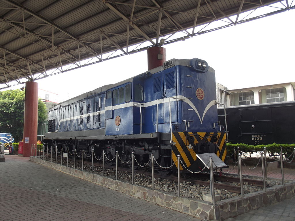 https://upload.wikimedia.org/wikipedia/commons/thumb/6/62/TRA_R6_at_Miaoli_Railway_Museum_20141022.jpg/1024px-TRA_R6_at_Miaoli_Railway_Museum_20141022.jpg
