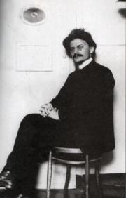 TrotskiEnLaFortalezaDePedroYPabloEn1906.png