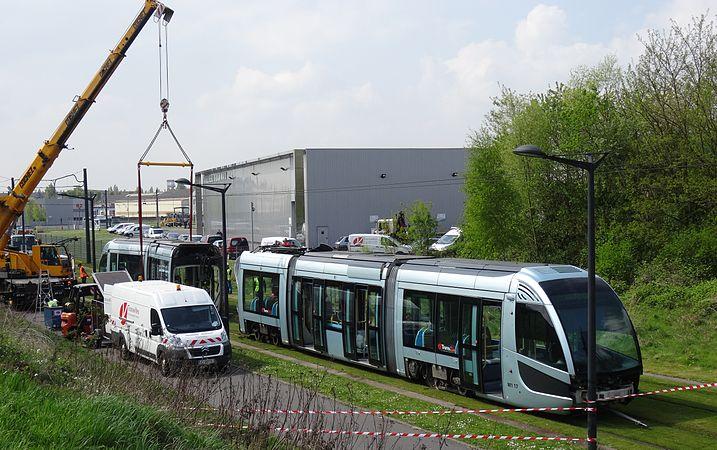 Valenciennes & Anzin - Déraillement de la rame de tramway n° 17 à la sortie du dépôt de Saint-Waast le 11 avril 2014 (061).JPG