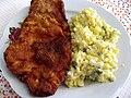 Vepřový řízek, bramborový salát.jpg