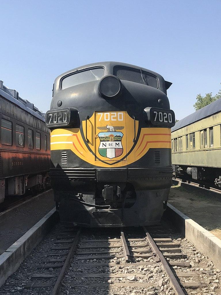 File:Vista frontal de un tren negro y amarillo jpg - Wikimedia Commons