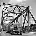 Vrachtwagen op de Waalbrug bij Zaltbommel, Bestanddeelnr 252-0137.jpg