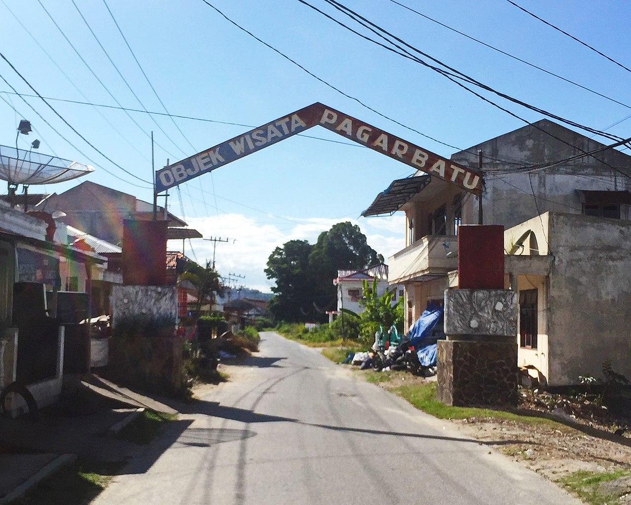 Berkas:Welcome gate to Silalahi Pagar Batu (Pagar Batu ...
