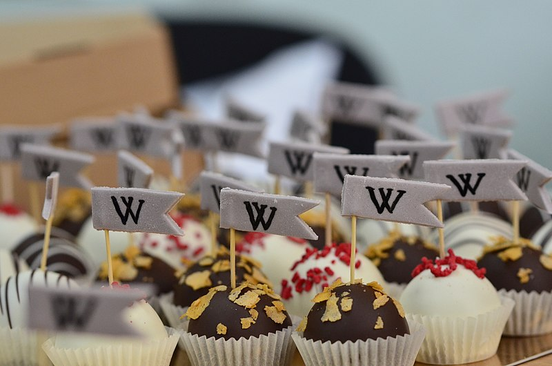 Файл:Wikimarathon 2018 in Kyiv Candies 01.jpg
