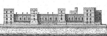 Gravure d'un château avec quatre tours carrées sur sa face avant. Plusieurs fenêtres se trouvent sur les murs et les tours du château avec une longue terrasse plate devant le bâtiment.