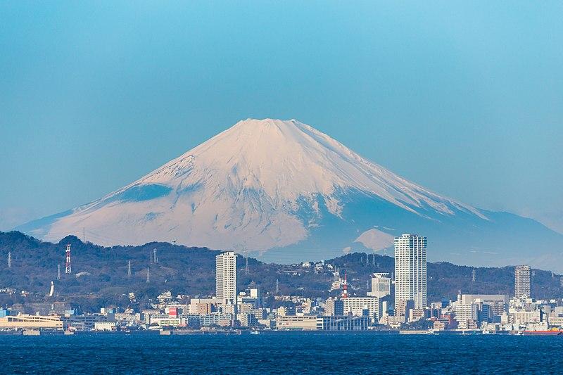 800px-Yokosuka_Japan_and_Mt._Fuji_%28%E6%A8%AA%E9%A0%88%E8%B3%80%E3%81%A8%E5%AF%8C%E5%A3%AB%E5%B1%B1%E3%81%AE%E6%99%AF%29.jpg