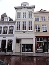 foto van Huis met gevel met rijke kroonlijst