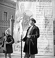 Λαχειοπώλης με αφίσα του Μεγάλου Πολεμικού Λαχείου, Νοέμβριος 1940.jpg