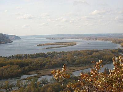 The Volga in the Zhiguli Mountains. Volga u Zhigulei osen'iu.jpg