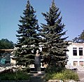Константиновка, бюст Ленина перед ДК Металлургов в 2008.jpg