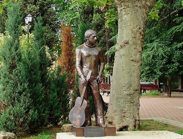 Памятник в Сочи у концертного зала «Фестивальный»