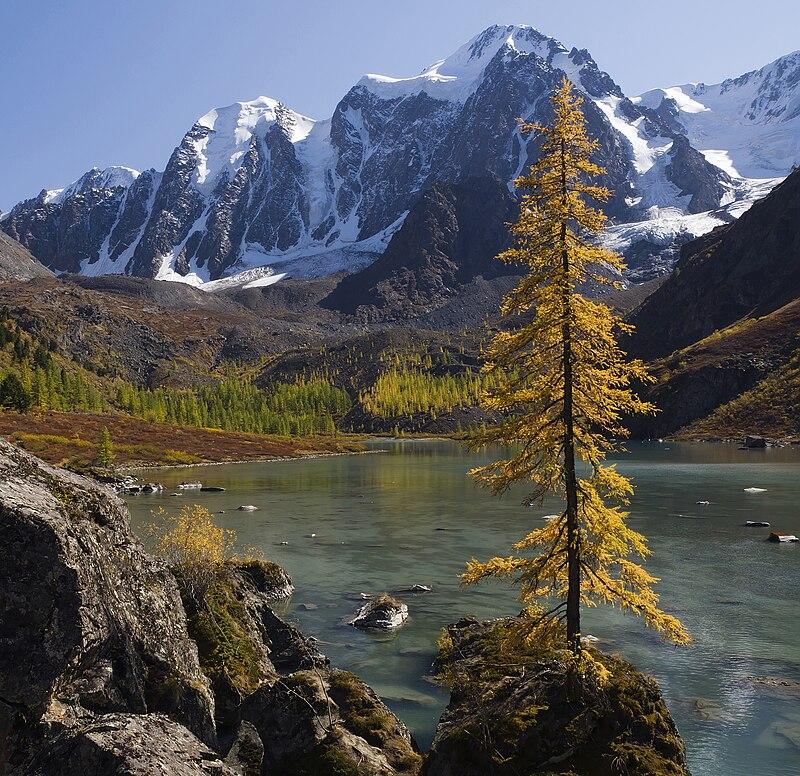 Massif montagneux russe de la Tchouïa du Nord (Altaï).  (définition réelle 3000×2911)
