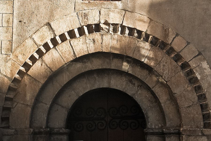 Église Saint-Jacques de Nyer,XIIème siècle, archivolte à dents d'engrenages du portail sud