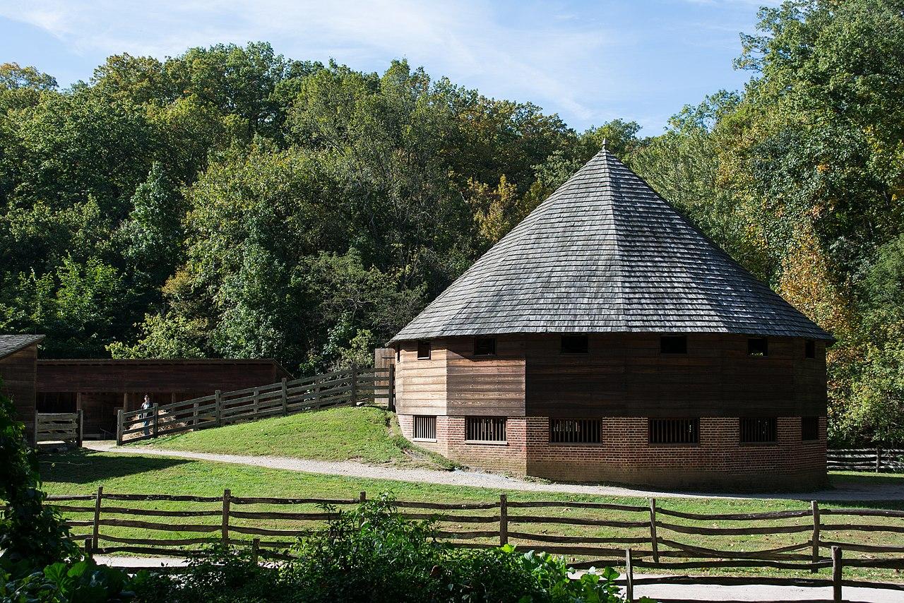 File:16 sided barn from Slave Cabin 02 - Mount Vernon.jpg ...