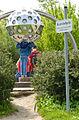 "2014-05-17 Fahrradtour Freundeskreis Hannover Maschsee Edelhof Ricklingen Park der Sinne, (242) Kinder barfuß mit dem Kopf im Kunstobjekt ""Insektenauge"".jpg"