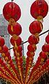 2016 Singapur, Chinatown, Ulica Telok Ayer, Czerwone chińskie lampiony zawieszone nad ulicą (02).jpg