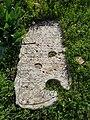 2 - תמונה של אחת מהמצבות העתיקות מבית העלמין.jpg
