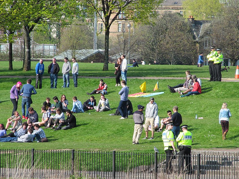 File:420 - Glasgow Green, Easter 2014 15 Police watch relaxed attendees.jpeg