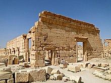 Ruïnes van twee stenen muren, met deuropeningen