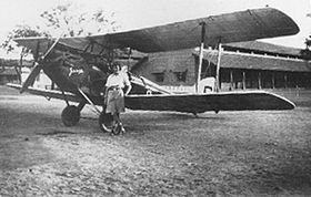 Amy Johnson e Jason, un DH.60G Gipsy Moth, a Jhansi, India in una foto del 1930
