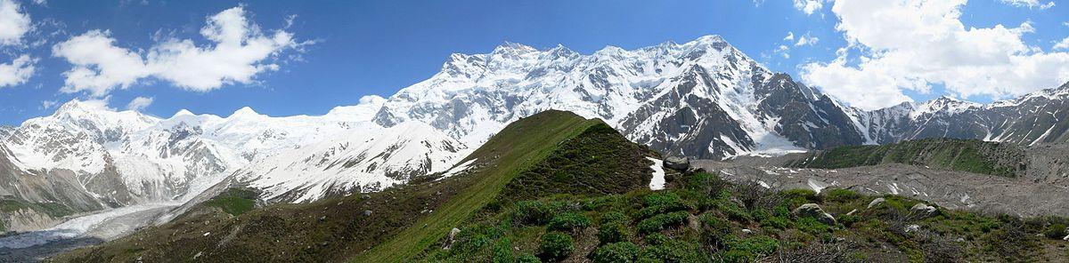 Fotografiei a muntelui Nanga Parbat luată din apropierea taberei de bază