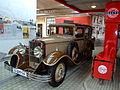 August Horch Museum Zwickau - gravitat-OFF - Horch 479 an einer Standardtankstelle der dreißiger Jahre.jpg