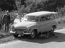 dobová černobílá fotografie vozu stojícího na krajnici vozovky
