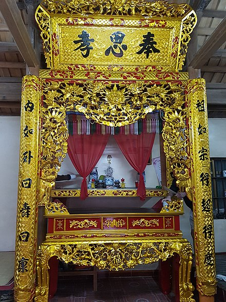 A ban tho is an altar used in ancestral worship in Vietnam Ban tho gia dinh truyen thong.jpg