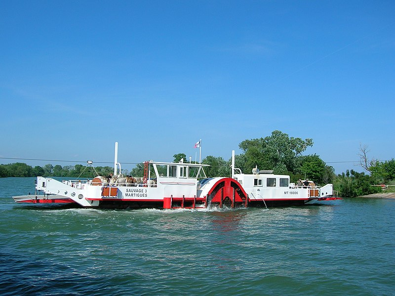 Fichier:Barges in Camargue-01.jpg