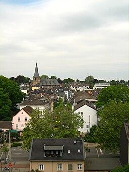 Blick auf Mettmann vom Bahnhof Mettmann Zentrum. Im Vordergrund das Haus Elberfelder Straße 2, dahinter die Breite Straße, im Hintergrund links St. La...