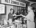 Boekenmarkt in de Bijenkorf schrijvers verkopen hun boek. stand van Jan Brusse, Bestanddeelnr 910-1965.jpg