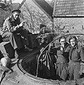 Britse tankbemanning viert de overwinning, Bestanddeelnr 900-2401.jpg