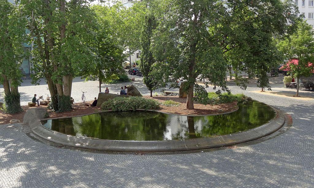 Die Liste der Brunnen in Braunschweig 1024px-Brunnen-Friesenstrasse_BS-Img01