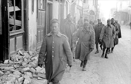 Retreating Greek soldiers, April 1941 Bundesarchiv Bild 101I-163-0318-09, Griechenland, griechische Soldaten in Ortschaft.jpg