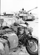 Bundesarchiv Bild 101I-279-0946-20, Russland, Krad vor Panzer VI (Tiger I)